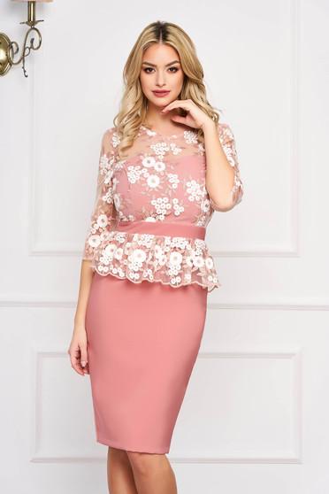 Rochie StarShinerS roz scurta de ocazie tip creion cu peplum cu maneci trei-sferturi si decolteu tip corset