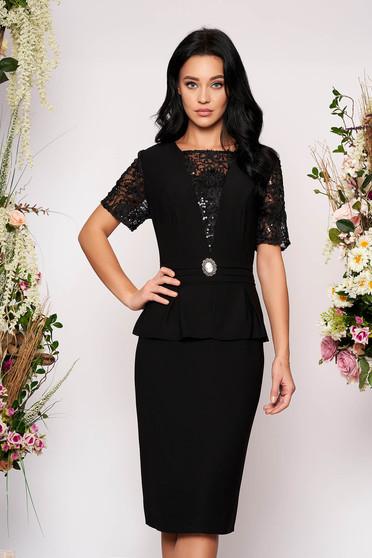 Rochie neagra eleganta midi tip creion cu maneci scurte din dantela accesorizata cu brosa