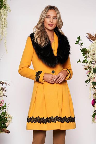 Palton LaDonna mustariu elegant lung in clos cu guler din blana ecologica si inchidere cu nasturi