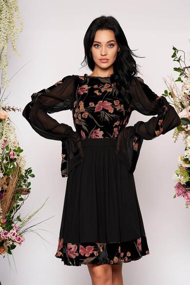 Rochie LaDonna neagra midi de ocazie in clos din catifea si voal cu maneci lungi tip clopot si imprimeu floral