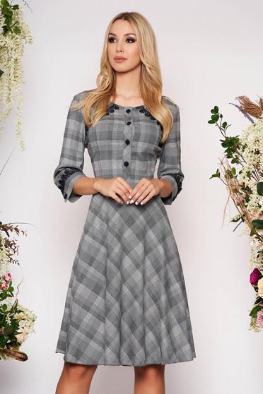 Rochie gri midi eleganta in clos din stofa subtire cu maneci trei-sferturi fara captuseala in carouri