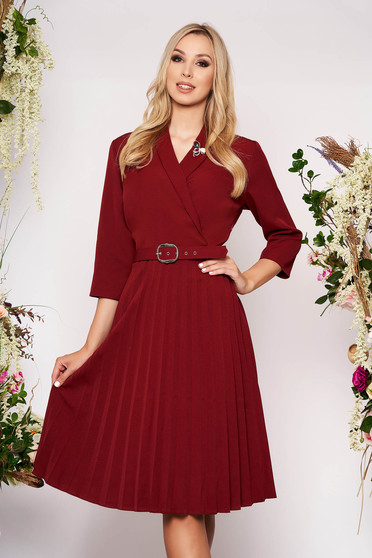 Rochie visinie eleganta midi in clos din stofa subtire plisata cu decolteu petrecut accesorizata cu brosa si curea