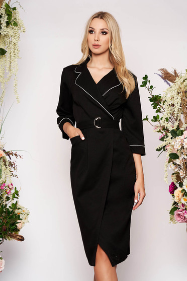 Rochie neagra midi de ocazie cu un croi drept petrecuta cu maneci trei-sferturi cu buzunare cu guler si accesoriu tip curea