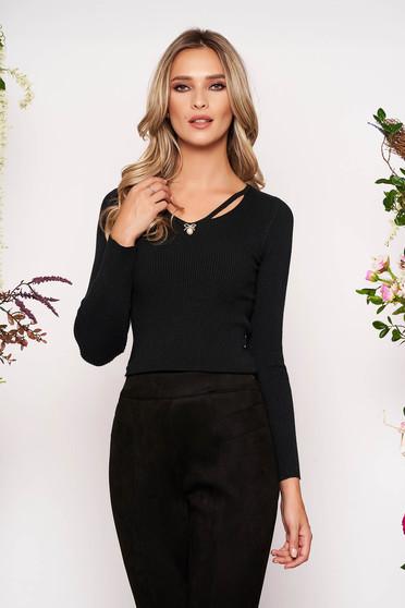 Bluza dama SunShine neagra tricotata mulata cu maneca lunga cu decolteu in v decupati in fata accesorizata cu brosa