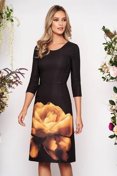 Rochie PrettyGirl mustarie eleganta midi din material elastic cu decolteu rotunjit cu imprimeu floral