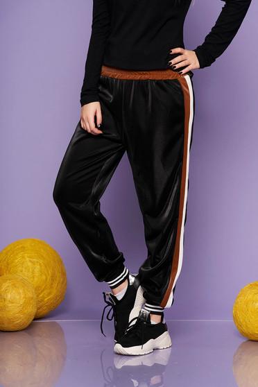 Pantaloni SunShine maro casual din material lucios cu elastic in talie