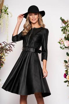 Rochie SunShine neagra de zi cu un croi in clos si material din piele ecologica cu accesoriu tip curea