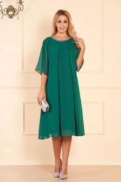 Rochie verde de ocazie cu croi larg din voal cu aplicatii stralucitoare