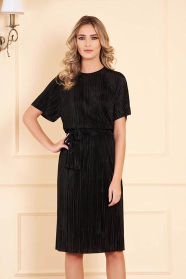 Rochie StarShinerS neagra midi cu un croi drept din catifea accesorizata cu cordon cu maneci trei-sferturi