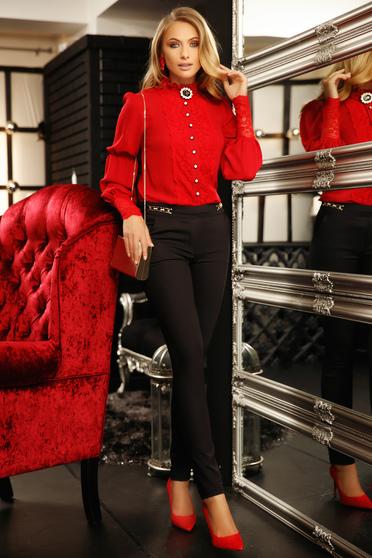 Camasa dama Fofy rosie eleganta din voal cu croi larg cu aplicatii de dantela accesorizata cu brosa