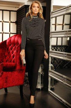 Bluza dama neagra Fofy office cu un croi mulat cu aplicatii cu perle si cu volanase in zona bustului