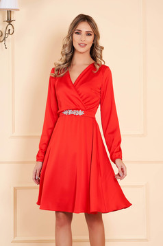 Dress red StarShinerS occasional midi cloche from veil with v-neckline accessorized with belt with embellished accessories long sleeved