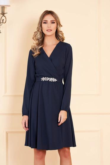 Rochie albastru-inchis StarShinerS midi de ocazie din voal in clos cu decolteu in v cu maneci lungi accesorizata cu pietre stras handmade