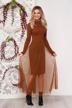 Rochie SunShine maro eleganta scurta tip creion din material tricotat reiat cu suprapunere cu voal plisat