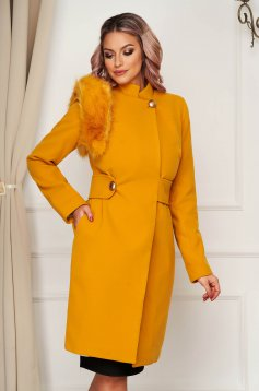 Coat mustard cloth with faux fur details accessorized with tied waistband