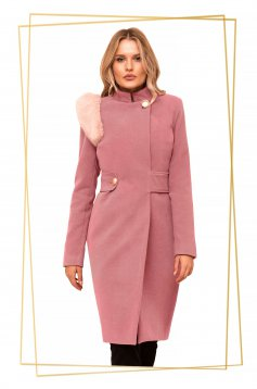 Coat lightpink cloth with faux fur details accessorized with tied waistband
