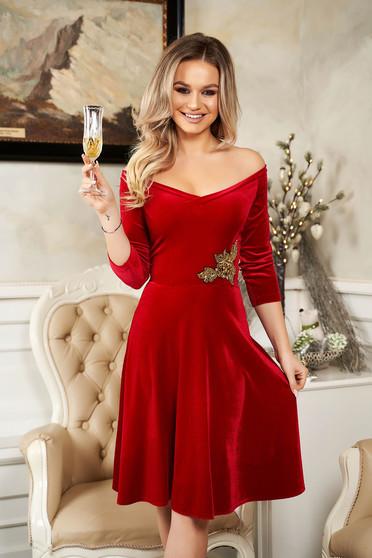Rochie StarShinerS rosie de ocazie din catifea cu croi in clos cu aplicatii din paiete si umeri goi