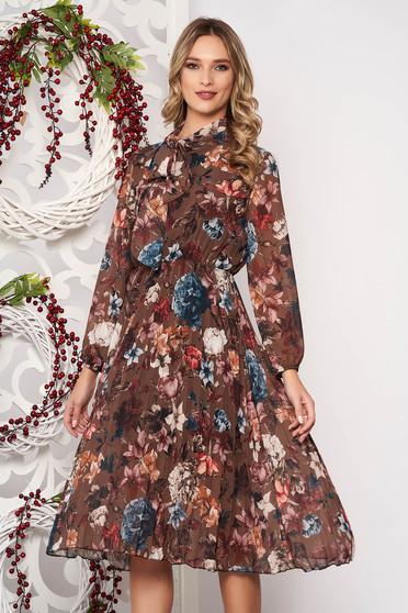 Rochie SunShine maro in clos midi cu pliuri de material cu imprimeuri florale accesorizata cu cordon cu maneca lunga