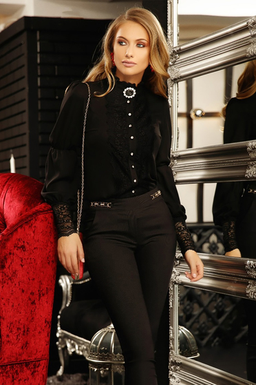 Camasa dama Fofy neagra eleganta din voal cu croi larg cu aplicatii de dantela accesorizata cu brosa