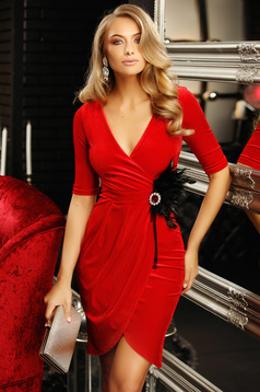 Dress red pencil accessorized with breastpin with v-neckline feather details from velvet