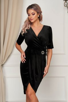 Dress black pencil accessorized with breastpin with v-neckline feather details from velvet