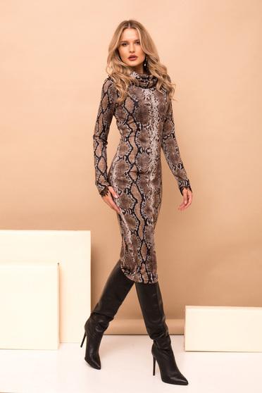 Rochie PrettyGirl maro midi tip creion eleganta din material tricotat cu maneci lungi cu imprimeu animal print si guler inalt