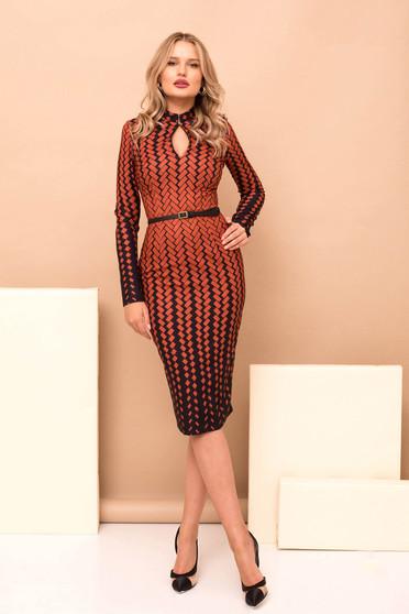 Rochie PrettyGirl caramizie eleganta din stofa cu imprimeu geometric midi tip creion cu accesoriu tip curea cu maneci lungi