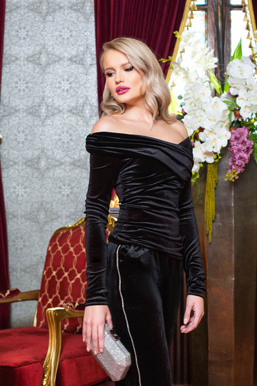 Bluza dama PrettyGirl neagra de party mulata din catifea cu maneci lungi si umeri goi