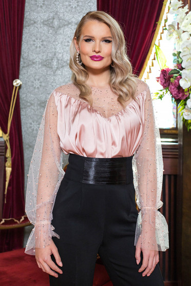 Bluza dama PrettyGirl roz prafuit de ocazie cu maneci prinse in elastic cu aplicatii de tulle din material satinat si cu aplicatii cu pietre strass si perle cu decolteu