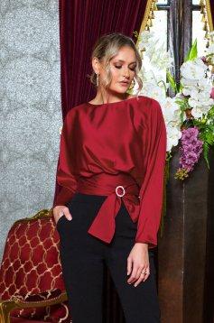 Bluza dama PrettyGirl rosie de ocazie accesorizata cu cordon si cu o catarama cu maneci lungi din satin