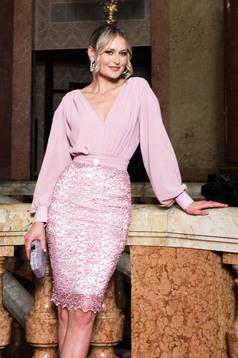 Rochie PrettyGirl roz prafuit de ocazie cu decolteu in v cu un croi cambrat si maneci lungi din voal