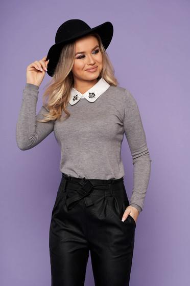 Bluza dama SunShine gri eleganta scurta din tricot cu guler cu aplicatii din pietre strass
