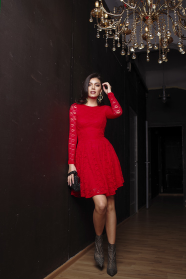 Rochie Artista rosie de ocazie in clos din dantela elastica captusita pe interior cu maneci lungi din dantela