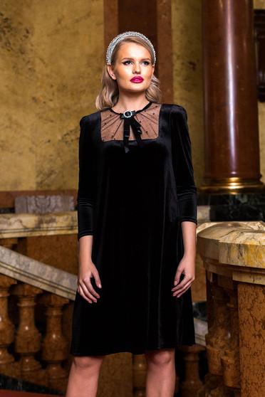 Rochie PrettyGirl neagra midi de ocazie din catifea cu croi larg cu maneci trei-sferturi si accesorizata cu brosa