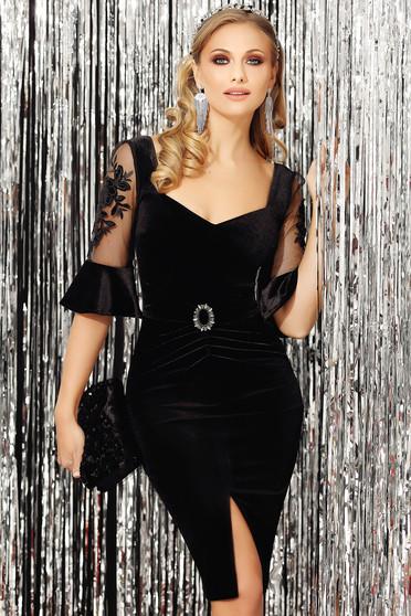 Rochie Fofy neagra de ocazie din catifea cu maneci trei-sferturi tip clopot cu un croi cambrat crapata pe picior si accesorizata cu brosa
