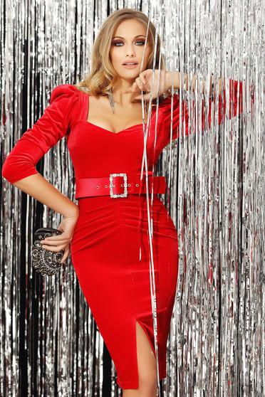 Rochie Fofy rosie de ocazie din catifea cu umeri cu volum cu decolteu in v si maneci trei-sferturi crapata pe picior