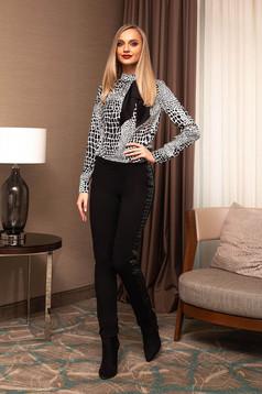 Bluza dama PrettyGirl neagra eleganta scurta pe gat cu fundita si imprimeuri grafice