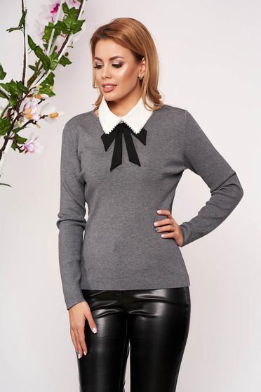 Bluza dama SunShine gri eleganta tricotata scurta cu un croi cambrat cu maneci lungi guler detasabil si decolteu la baza gatului