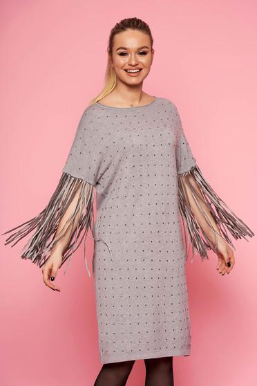 Rochie SunShine gri eleganta tricotata cu croi larg fara captuseala cu maneci trei-sferturi cu franjuri si aplicatii cu pietre strass