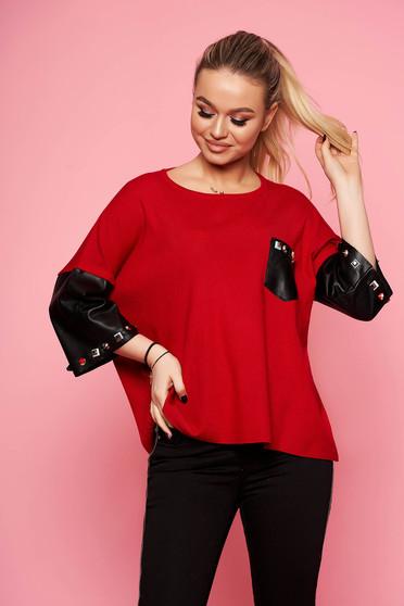 Bluza dama SunShine rosie eleganta scurta tricotata cu croi larg cu maneci trei-sferturi cu aplicatii cu tinte si insertii din piele ecologica