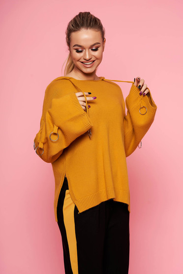 Pulover SunShine mustariu casual tricotat scurt cu croi larg cu gluga nedetasabila si accesorii metalice