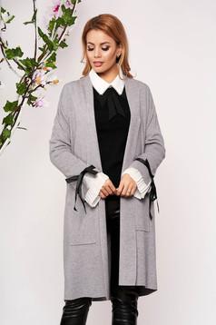 Cardigan SunShine gri elegant lung tricotat accesorizat cu fundite si buzunare frontale