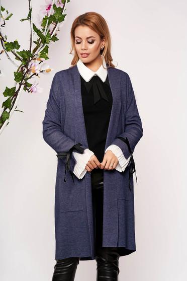 Cardigan SunShine albastru elegant lung tricotat accesorizat cu fundite si buzunare frontale