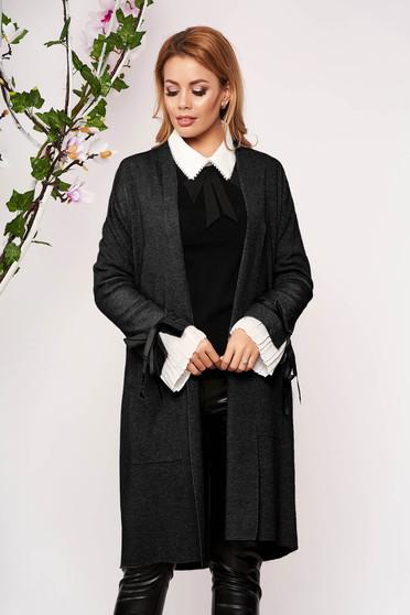 Cardigan SunShine negru elegant lung tricotat accesorizat cu fundite si buzunare frontale