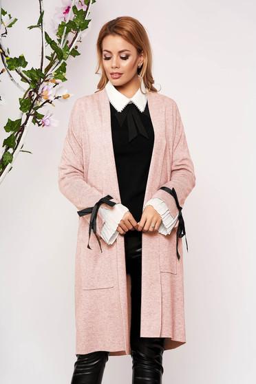 Cardigan SunShine roz deschis elegant lung tricotat accesorizat cu fundite fara captuseala cu buzunare in fata