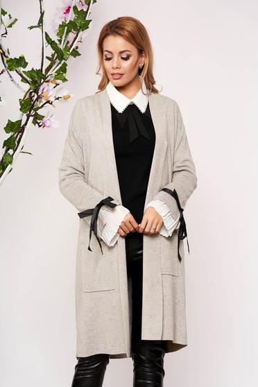 Cardigan SunShine crem elegant lung tricotat accesorizat cu fundite fara captuseala cu buzunare in fata