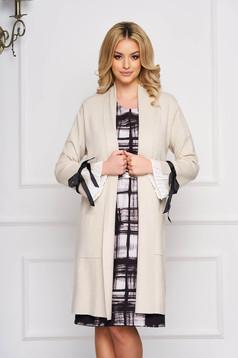 Cardigan SunShine crem elegant lung tricotat accesorizat cu fundite si buzunare frontale