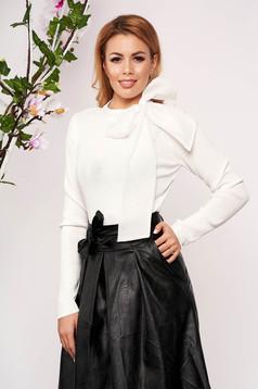 Bluza dama SunShine alba eleganta scurta tricotata cu un croi cambrat care se leaga cu fundita