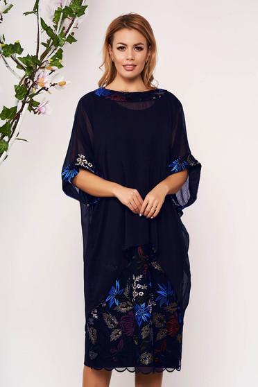 Compleu albastru-inchis elegant cu rochie cu un croi drept cu insertii de broderie si suprapunere cu voal