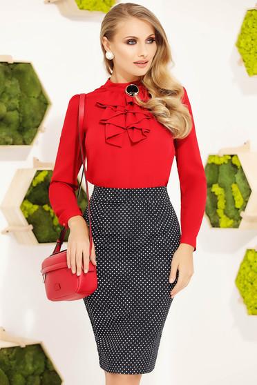 Bluza dama Fofy rosie office eleganta cu un croi mulat accesorizata cu brosa